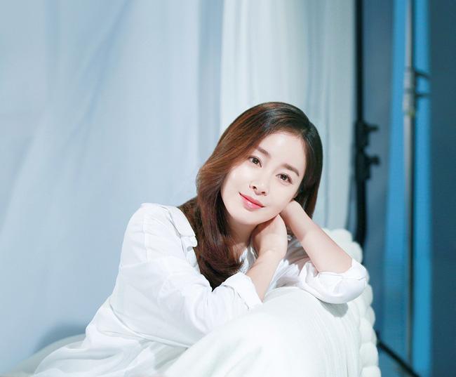 Kim Tae Hee luôn được biết đến là tiểu thư trong giới giải trí Hàn Quốc. Theo Naver, cha của sao nữ là ông Kim Yoo Moon, Chủ tịch công ty vận chuyển quốc tế Hankook. Đây là một trong số 30 doanh nghiệp tiêu biểu tại Hàn Quốc và có lợi nhuận hàng năm lên tới hàng chục tỷ won. Mới đây, truyền thông cho biết vợ chồng Kim Tae Hee và Bi Rain hiện đứng đầu danh sách đại gia nhà đất trong showbiz với khối bất động sản có tổng giá trị là 81,4 tỷ won ( 71,8 triệu USD ).