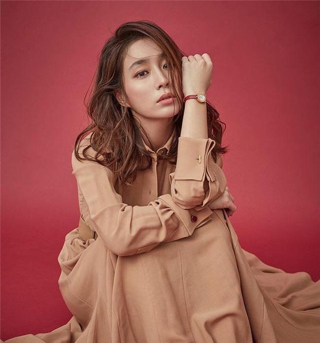 Lee Min Jung - bà xã của nam tài tử đào hoa Lee Byung Hun cũng vô cùng nổi tiếng là giàu có. Ông cô, Park No Soo, là một hoạ sĩ nổi tiếng trong giới nghệ thuật. Bố là CEO công ty quảng cáo lớn, còn mẹ nữ diễn viên là nghệ sĩ piano có tên tuổi.Từ nhỏ cô đã sống trong dinh thự trị giá 3,8 tỷ won (tỷ giá thập niên 80) và du lịch nước ngoài thường xuyên. Tuy xuất thân 'trâm anh thế phiệt', nhưng Lee Min Jung sống khá kín đáo.