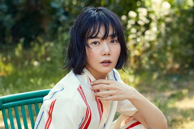 Mặc dù vô cùng kín tiếng nhưng gia thế của Bae Doo Na khiến nhiều người phải trầm trồ. Theo truyền thông tiết lộ, Bae Doo Na là thiên kim của Phó chủ tịch tập đoàn Phulmwon, doanh nghiệp nông sản hàng đầu tại Hàn Quốc. Công ty có doanh thu hàng năm rơi vào khoảng 1 tỷ USD. Mẹ của Bae Doo Na là nữ diễn viên kịch nổi tiếng Kim Hwa Young.