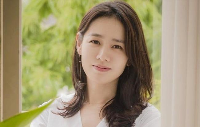 Theo truyền thông tiết lộ, bố của Son Ye Jin là một nhân vật vô cùng máu mặt. Gia đình Son Ye Jin sống tại Suseong-gu, đây là quận tập trung nhiều doanh nhân và trí thức nhất tỉnh Daegu. Tuy vô cùng kín tiếng nhưng độ giàu có của gia đình Son Ye Jin khiến nhiều người phải trầm trồ.