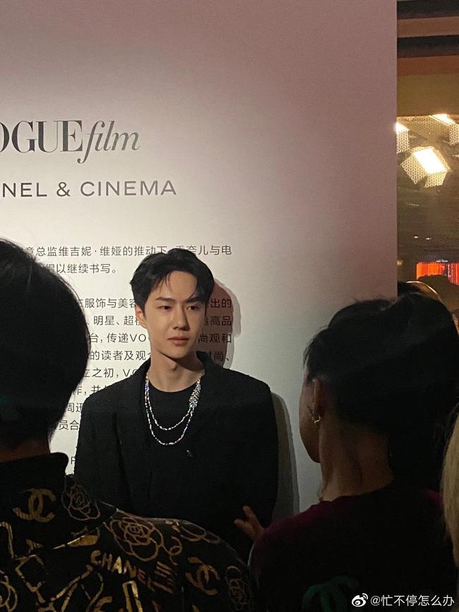 Vương Nhất Bác trong bức hình chưa được chỉnh sửa tại thảm đỏ Đêm hội Vogue Film khiên công chúng ngỡ ngàng. Ngoại hình của mỹ nam 'Trần Tình Lệnh vẫn rất xuất sắc với gương mặt góc cạnh, làn da trắng cùng chiếc mũi cao.