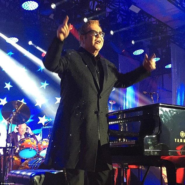Ngôi sao chính của buổi tối là danh ca Elton John, người đã trình diễn tới 12 bài hát.