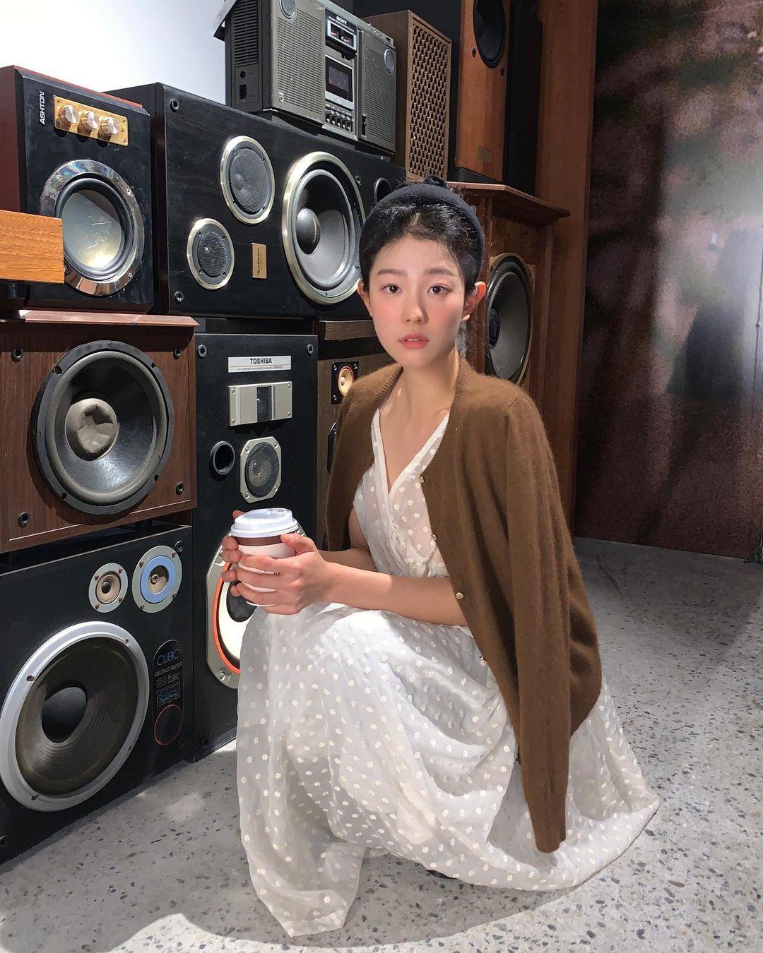 5 kiểu áo cứ khoác ngoài váy trắng là tạo nên set đồ xịn đẹp từ công sở ra phố 6