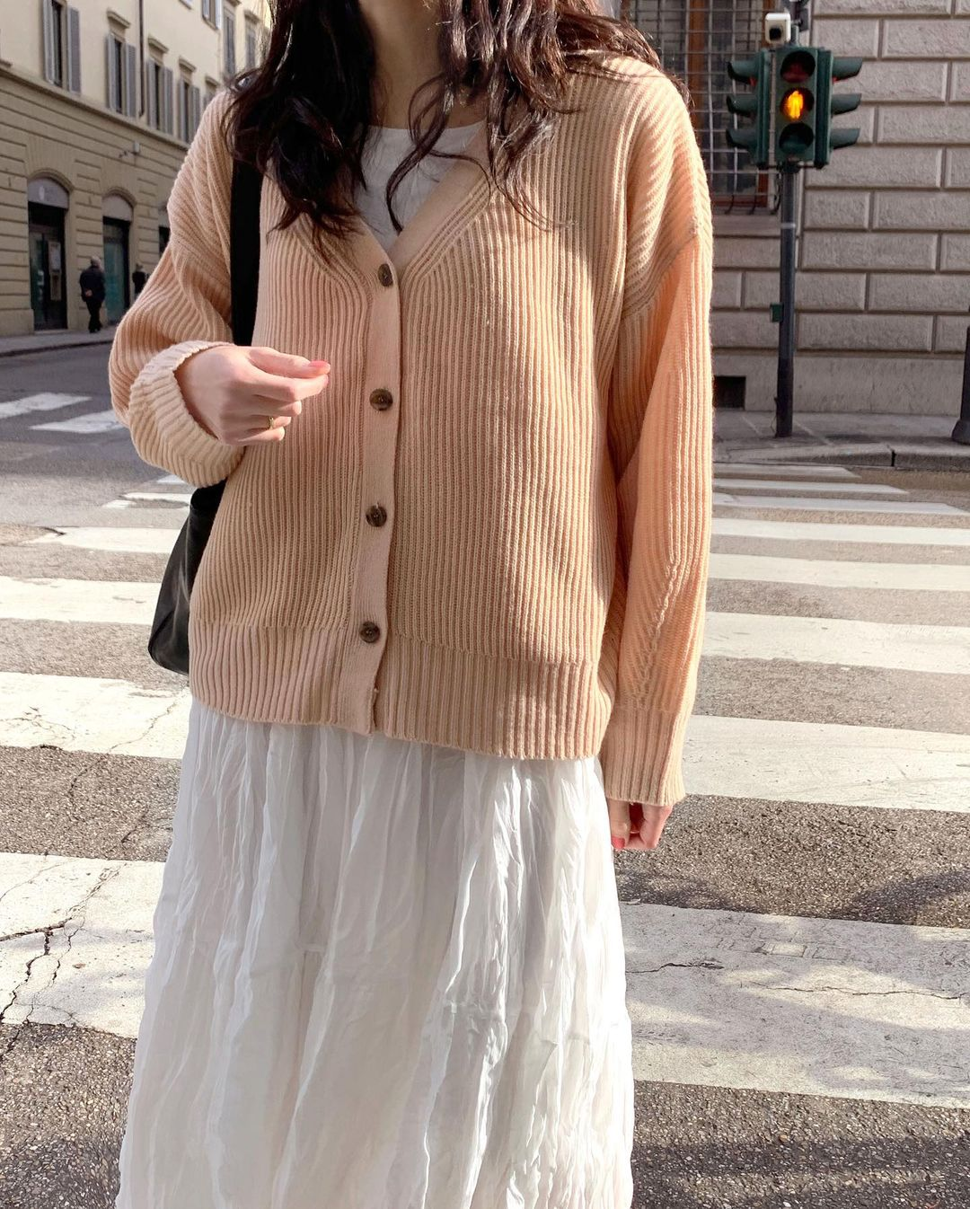 5 kiểu áo cứ khoác ngoài váy trắng là tạo nên set đồ xịn đẹp từ công sở ra phố 7