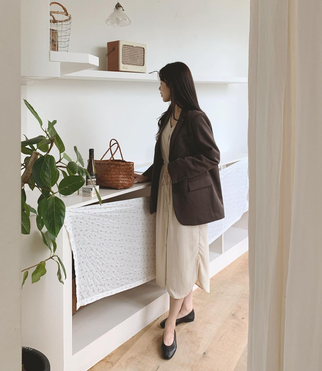 5 kiểu áo cứ khoác ngoài váy trắng là tạo nên set đồ xịn đẹp từ công sở ra phố 10
