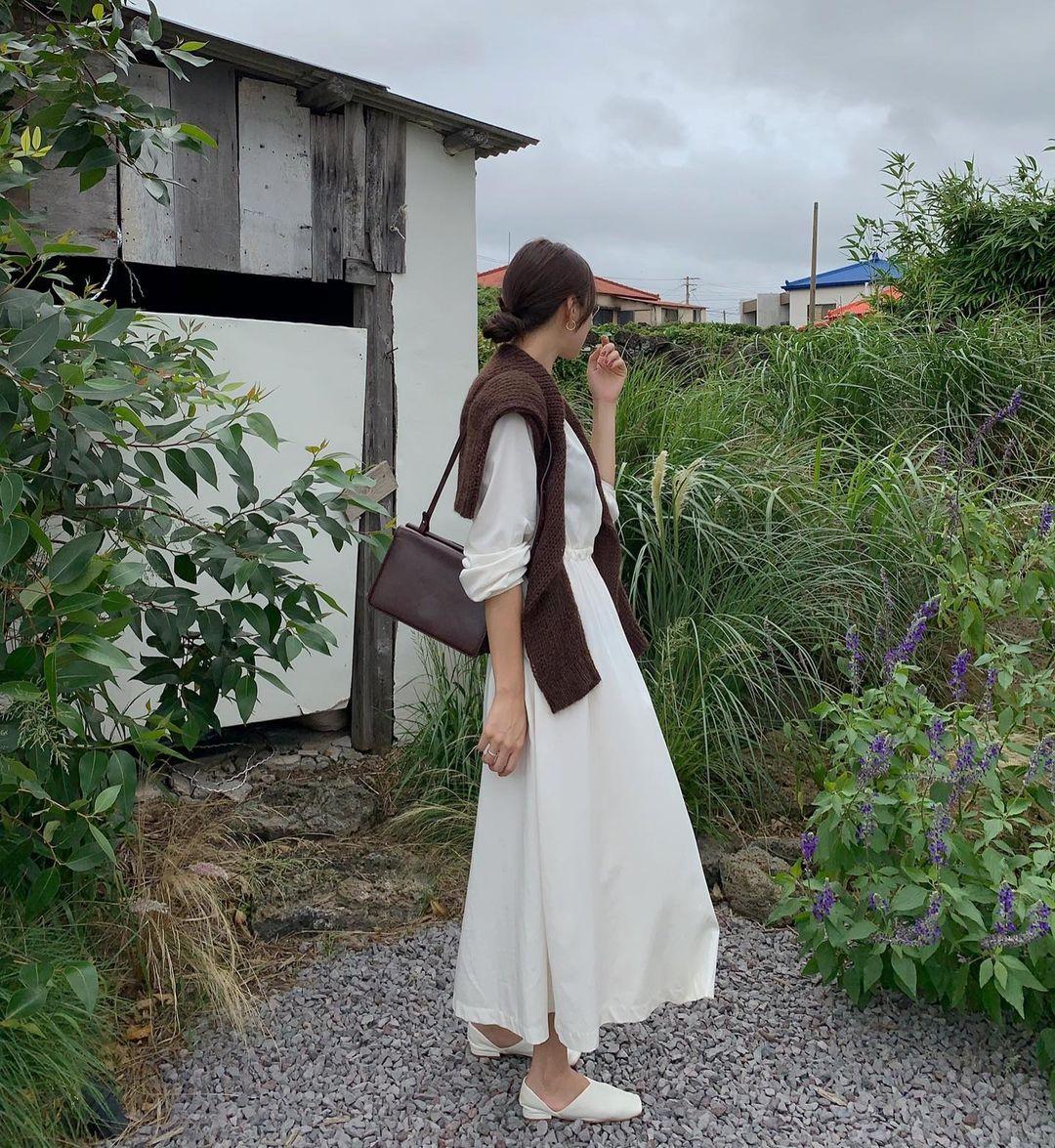 5 kiểu áo cứ khoác ngoài váy trắng là tạo nên set đồ xịn đẹp từ công sở ra phố 13