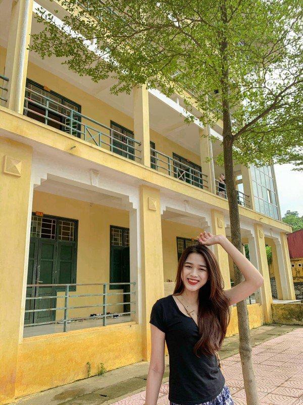 Tân Hoa hậu Đỗ Thị Hà vô cùng giản dị với hình ảnh cô sinh viên áo phông quần jeans trẻ trung năng động. Và đương nhiên nụ cười tươi rạng rỡ luôn thường trực trên môi.