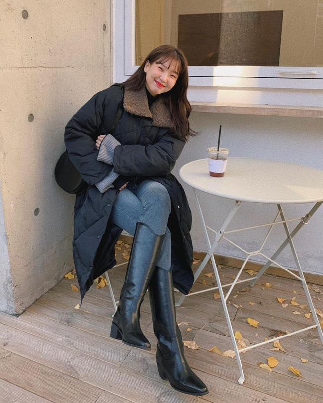 Mẫu quần lý tưởng nhất với áo phao dáng dài chính là skinny jeans, item này giúp cân bằng set đồ và bảo đảm vẻ gọn gàng, cao ráo. Cũng phải nói thêm rằng quần skinny jeans còn giúp hack tuổi hiệu nghiệm.