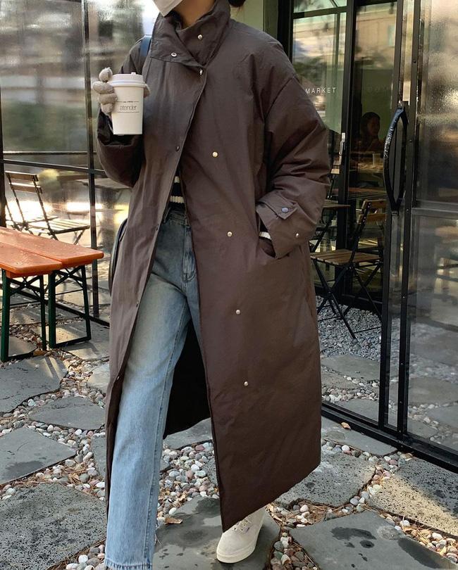 Rất nhiều quý cô sành điệu áp dụng tuyệt chiêu mở khuy áo phao từ hông trở xuống để vừa tạo hiệu ứng hack dáng, vừa khoe được chiếc quần dài sành điệu.