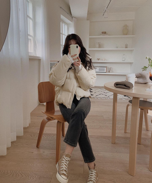 Mix áo phao trắng dáng ngắn với quần jeans đen, ống đứng, kết lại với đôi sneaker màu nhã nhặn là một ý tưởng đơn giản nhưng luôn đẹp mắt, sành điệu.