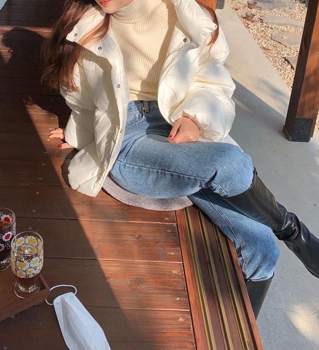 Kết hợp áo phao trắng với một chiếc áo len tông trắng kem bên trong, mix cùng quần jeans và boots cao cổ, bạn sẽ có được tổng thể trang phục rất trẻ trung và chẳng kém phần 'ăn chơi', diện đi làm hay đi chơi đều ổn.