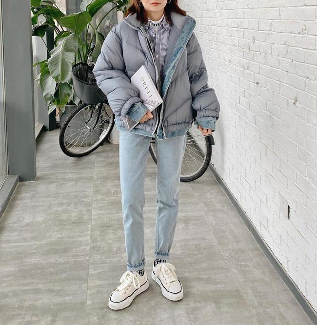 Muốn trẻ trung level max nhưng vẫn ghi điểm thanh lịch, bạn nên học ngay quý cô này, mix áo phao dáng ngắn với quần jeans + giày sneaker trắng, layer bên trong bộ đôi áo cổ lọ + sơ mi đủ ấm mà cực trendy.