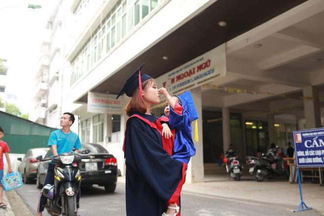 Loạt ảnh mẹ và con gái cùng dự lễ tốt nghiệp Đại học khiến ai nấy thích thú, nào ngờ chuyện phía sau rất buồn 1