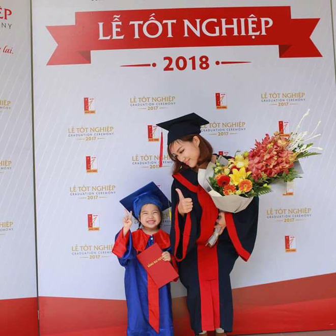 Loạt ảnh mẹ và con gái cùng dự lễ tốt nghiệp Đại học khiến ai nấy thích thú, nào ngờ chuyện phía sau rất buồn 5
