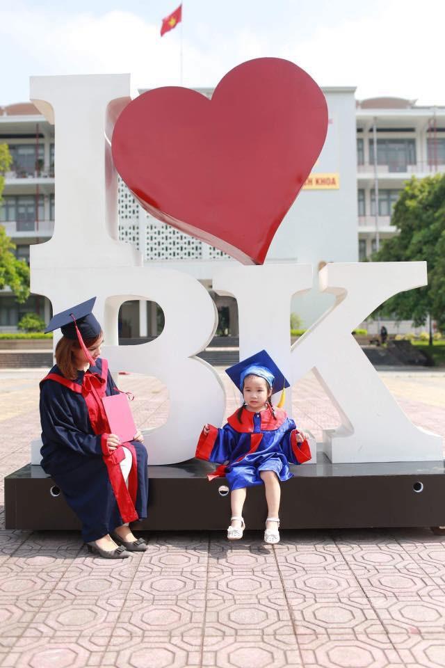 Loạt ảnh mẹ và con gái cùng dự lễ tốt nghiệp Đại học khiến ai nấy thích thú, nào ngờ chuyện phía sau rất buồn 3