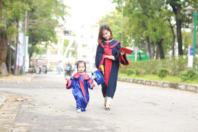 Loạt ảnh mẹ và con gái cùng dự lễ tốt nghiệp Đại học khiến ai nấy thích thú, nào ngờ chuyện phía sau rất buồn 7