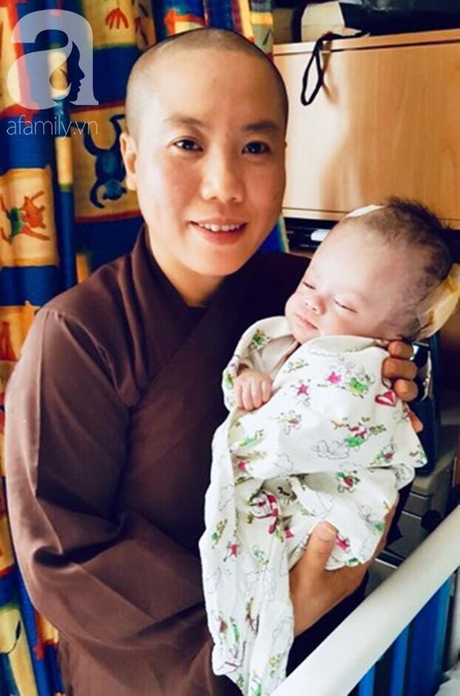 Ni sư Minh Tài bên 'con gái nuôi' của mình.