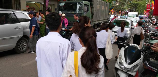 Hà Nội: Cận cảnh công an đang khám xét, sau đó rời khỏi cửa hàng điện thoại Nhật Cường 1