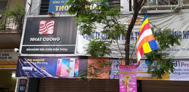 Hà Nội: Cận cảnh công an đang khám xét, sau đó rời khỏi cửa hàng điện thoại Nhật Cường 4
