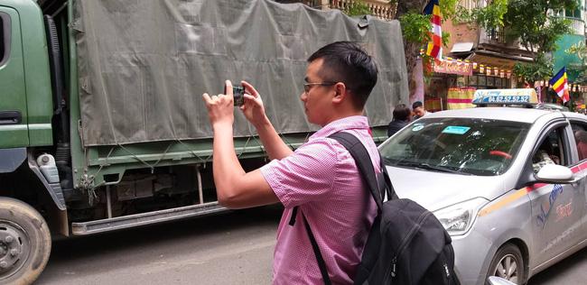 Hà Nội: Cận cảnh công an đang khám xét, sau đó rời khỏi cửa hàng điện thoại Nhật Cường 3