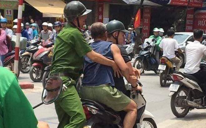 Lực lượng Công an đưa người đàn ông có biểu hiện say rượu về trụ sở.