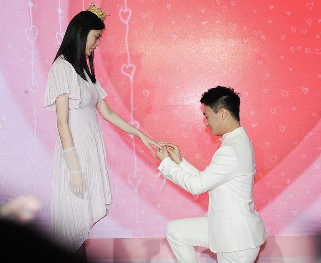 Màn cầu hôn siêu hot: Siêu mẫu nội y nổi tiếng được thiếu gia giàu có vừa điển trai lại học giỏi, quỳ gối cầu hôn như phim ngôn tình 3
