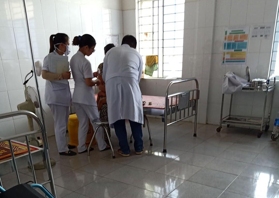 Các y bác sĩ đang chăm sóc cho bé Th. tại bệnh viện.