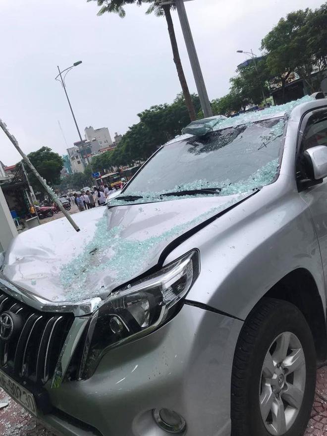 Vụ việc khiến chiếc ô tô Land Cruiser Prado bị bẹp đầu, ô tô Lexus xước nhẹ phần đầu còn ô tô VIos hư hỏng nặng.