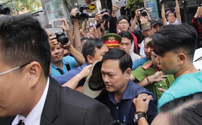 Ông Nguyễn Hữu Linh bình tĩnh đến phiên xử.
