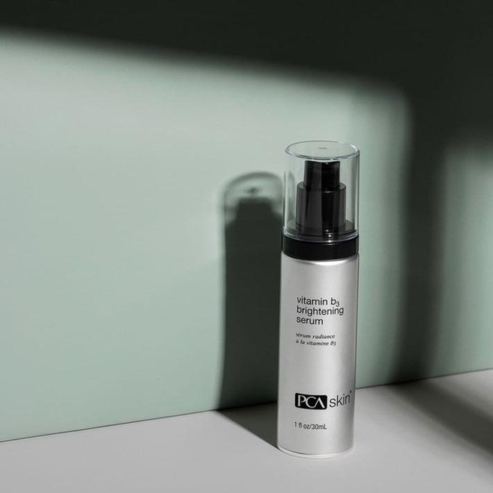 PCA Skin Vitamin B3 Brightening Serum (Giá gốc: 2.674.000 VNĐ): Nếu bạn đang phải vật lộn với nám, tàn nhang, chứng tăng sắc tố sau viêm da thì hãy đầu tư ngay em serum này nhé. Tác dụng chính của sản phẩm là ngăn chặn việc sản sinh melanin - nguyên nhân chính gây nên các vấn đề về sắc tố da. Sử dụng lâu dài sẽ thấy da sáng khoẻ, mờ thâm nám rõ rệt.