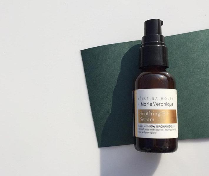Kristina Holey + Marie Veronique Soothing B3 Serum (Giá gốc: 2.093.000 VNĐ): Da nhạy cảm không chỉ dễ bị nám, tàn nhang mà còn rất hay bị kích ứng. Serum này chứa Niacinamide làm dịu da, giảm viêm sưng, thành phần lại hoàn toàn không chứa hương liệu.