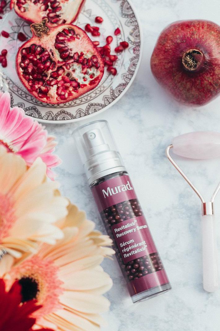 Murad Revitalixir Recovery Serum (Giá gốc: 2.070.000 VNĐ): Khi bạn ốm, stress, căng thẳng, làn da trông cũng xám xịt cả lại. Đây là lúc bạn cần một loại serum giải quyết tất tần tật những vấn đề đó. Sản phẩm này của Murad không chỉ làm sáng da mà còn dưỡng ẩm, giúp làn da mệt mỏi của bạn trông có sức sống trở lại.