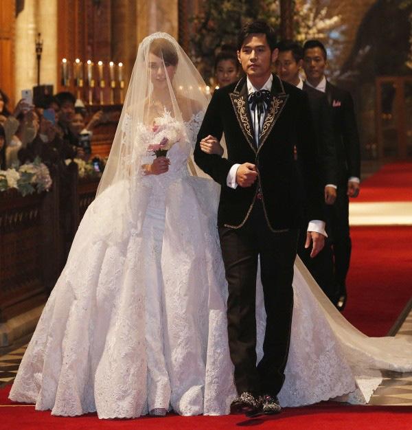 Chuyện tình của cặp đôi luôn được nhiều người ngưỡng mộ vì Châu Kiệt Luân chính là người chủ động theo đuổi Côn Lăng từ lúc cô mới 17 tuổi, sau 4 năm hẹn hò thì cặp đôikết hôn vào năm 2014.
