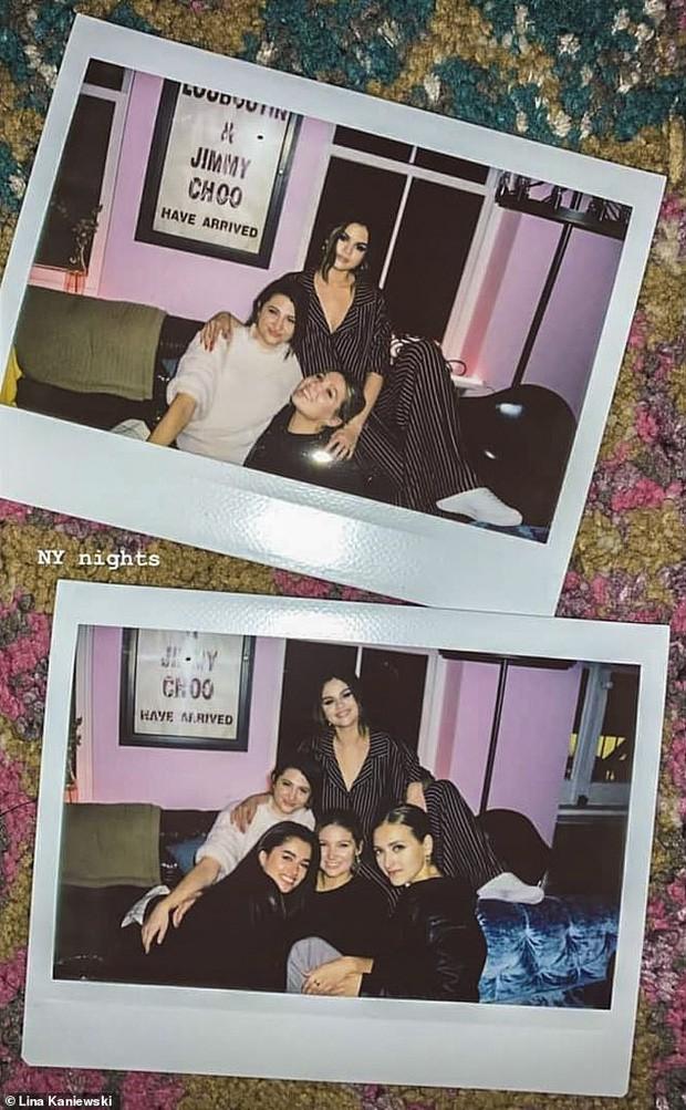 Selena Gomez chụp hình cùng nhóm bạn, không thấy sự xuất hiện của Samuel, tuy nhiên tin đồn 2 người bí mật gặp nhau trong nhà hàng này vẫn rộ lên