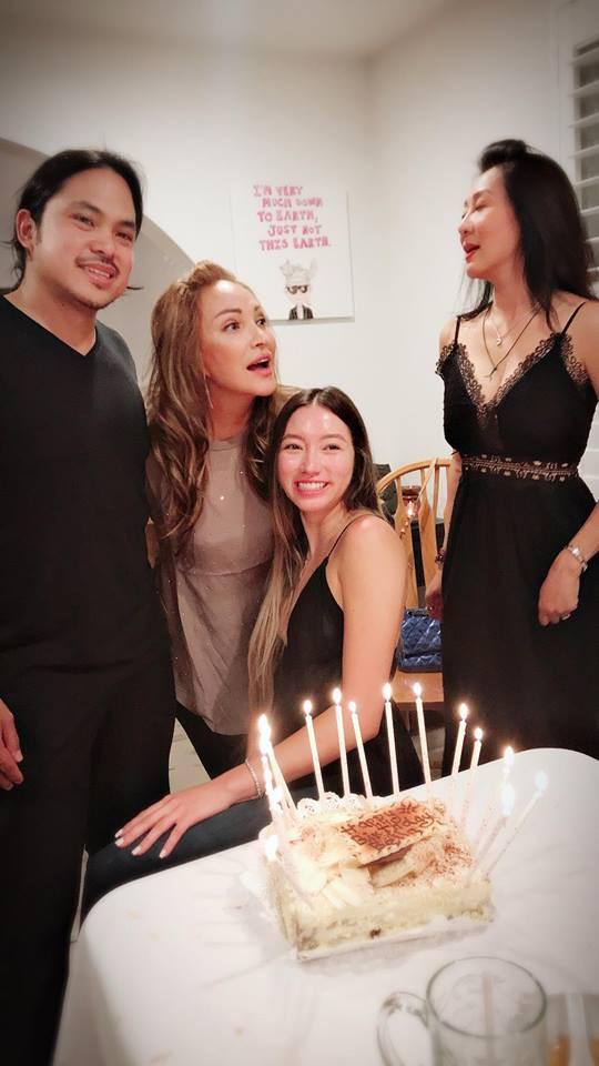 Quỳnh Tiên được nhiều người nổi tiếng là bạn của mẹ khen xinh đẹp.