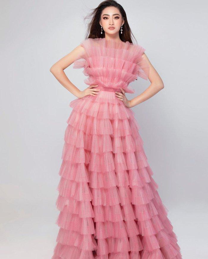 Với bộ váy hồng ngọt ngào, Lương Thùy Linh ngay lập tức thu hút sự chú ý. Không chỉ tạo ấn tượng bằng màu sắc, cách xử lý chất liệu xếp chồng lớp cũng được nhận định là hợp xu hướng, mang lại hiệu ứng thị giác.