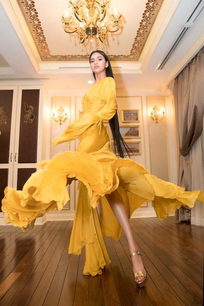 Trương Thị May chọn cho mình chiếc váy vàng rực rỡ, làm tôn lên làn da bánh mật.