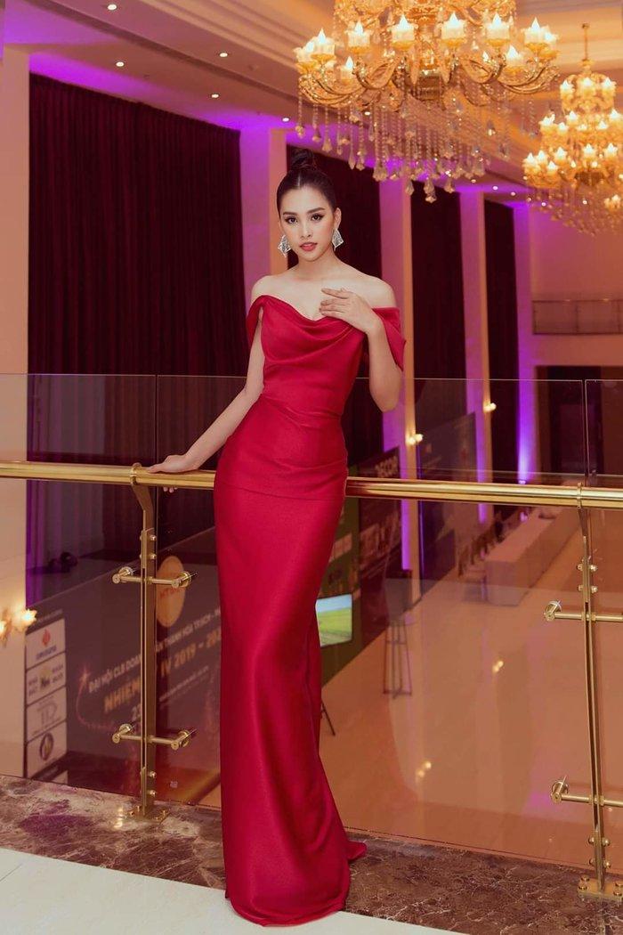 Hoa hậu Tiểu Vy trông vô cùng đẳng cấp cùng mẫu đầm ôm sát, tông màu đỏ rực rỡ.