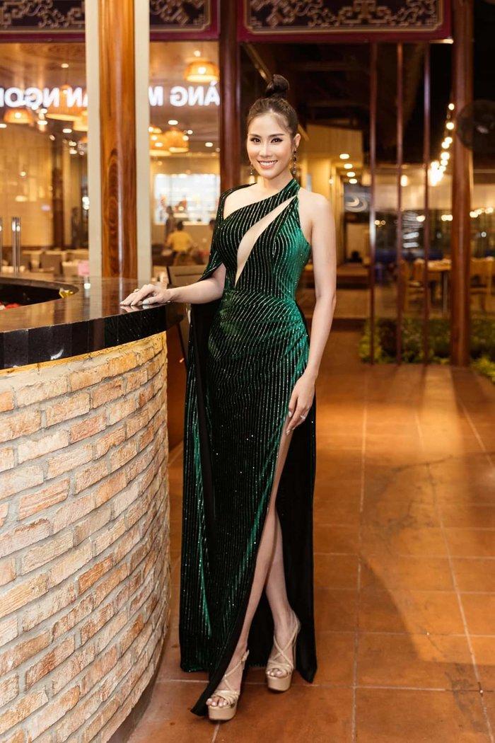 Chiếc váy không cầu kỳ nhưng chính sự tinh tế đó cùng đường cắt ấn tượng đã giúp Hoàng Hạnh lọt vào top sao đẹp.
