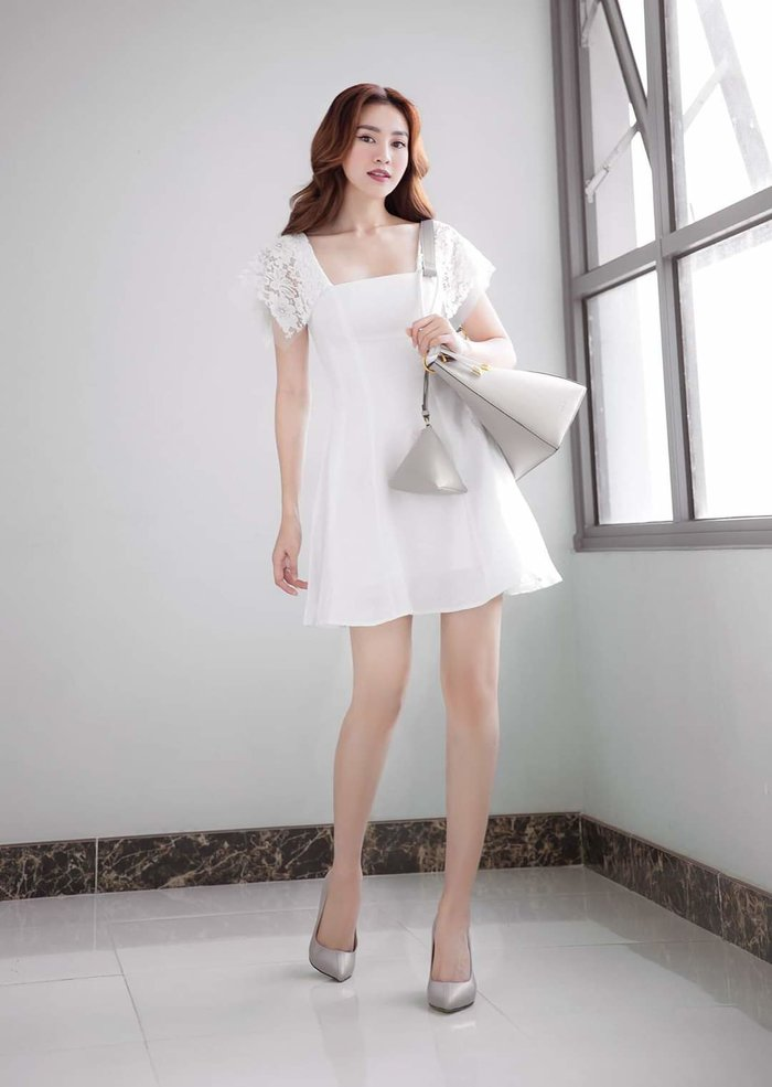 Giữa muôn vàn những bộ váy tha thướt, Ninh Dương Lan Ngọc vẫn ghi điểm cùng outfit trắng nhẹ nhàng, tao nhã.