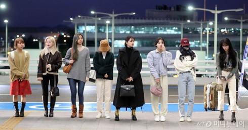 Jihyo ngã sấp mặt, Nayeon lo sợ bị theo dõi, Twice liên tiếp gặp hạn, JYP nói gì? 0