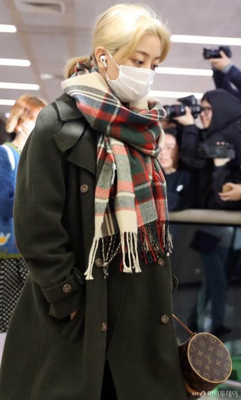 Hình ảnh Jihyo buồn rầu tại sân bay Gimbo