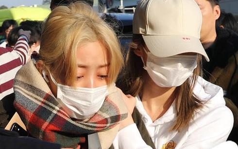 Jihyo khóc lóc sợ hãi và phải nhờ bạn dìu ra xe