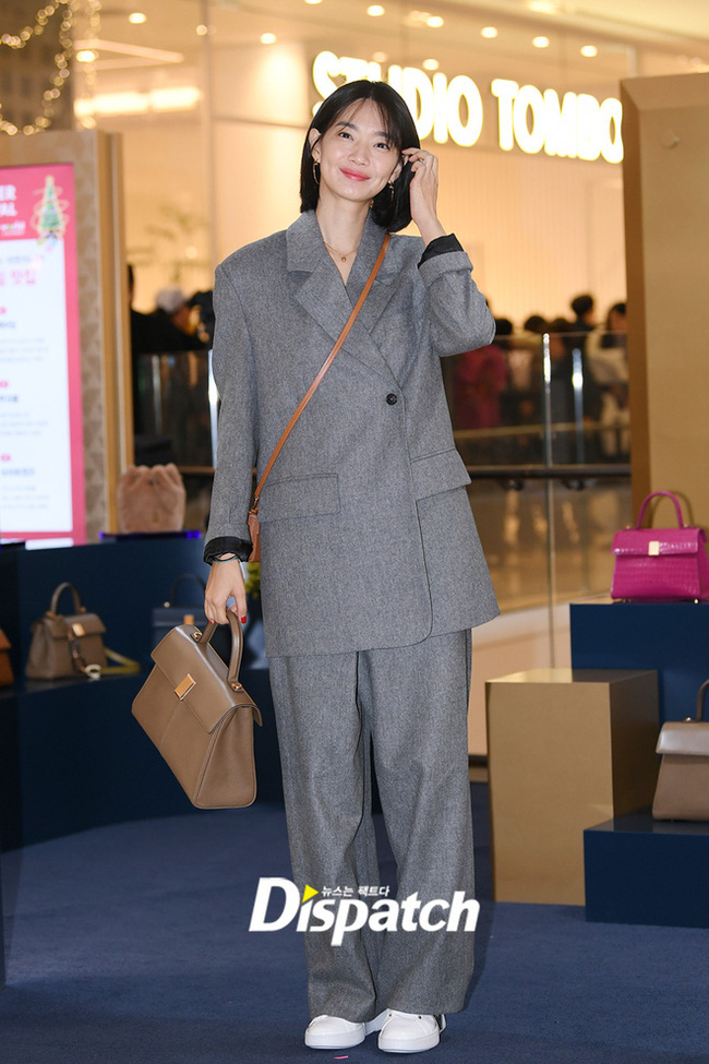 Shin Min Ah diện vest thanh lịch nhưng vẫn rất nổi bật.