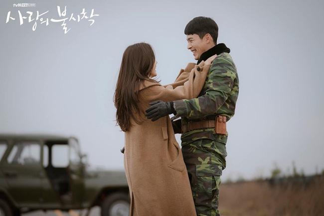 Quên Dispatch đi, Hyun Bin tự để lộ khoảnh khắc 'gian tình' với Son Ye Jin ngay tại hậu trường 'Crash Landing On You' 5