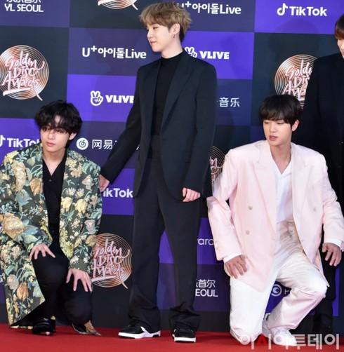 Mạng xã hội rần rần chia sẻ và ca ngợi hành động thể hiện tình anh em của Jin BTS quỳ xuống cùng V BTS