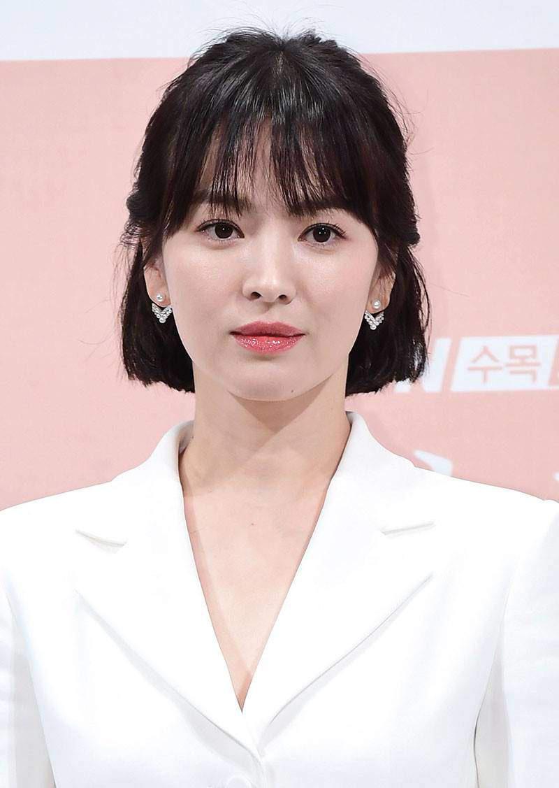 Song Hye Kyo thường gắn bó với lối trang điểm nhẹ nhàng, tự nhiên, hiếm lắm dân tình mới thấy cô makeup cầu kỳ.