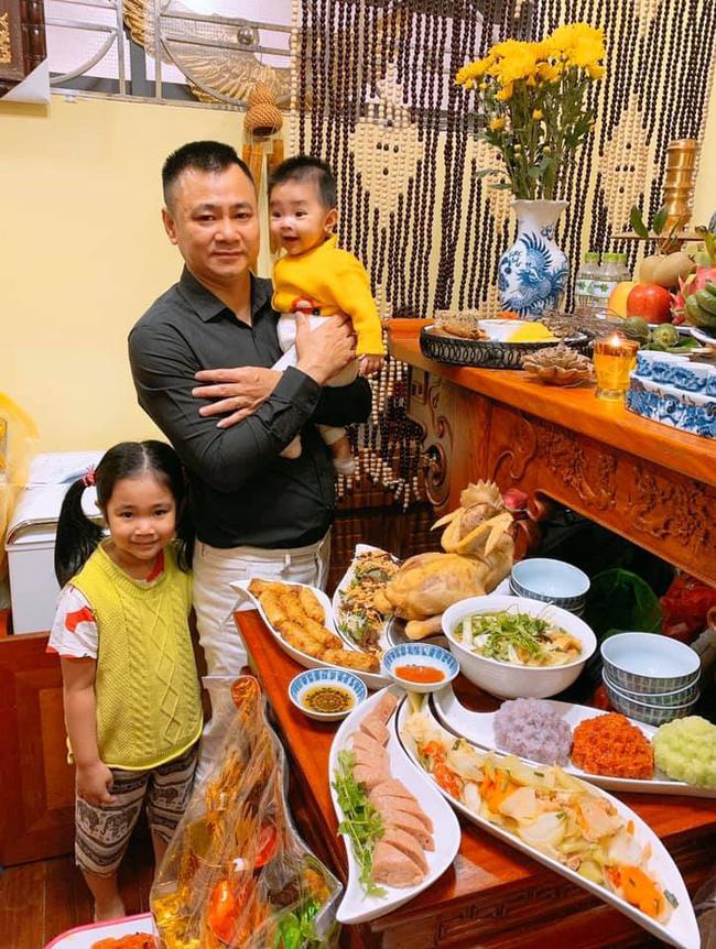 Gia đình nghệ sĩ Tự Long bày biện mâm cúng ông Công ông Táo vô cùng công phu và đẹp mắt.