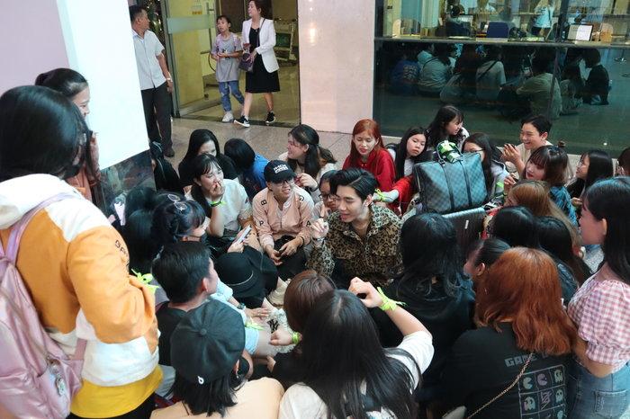 Tất cả đã có một khoảnh khắc ấm áp khi K-ICM ngồi xổm cả ra sân bay chỉ để được quây quần với fan của mình.