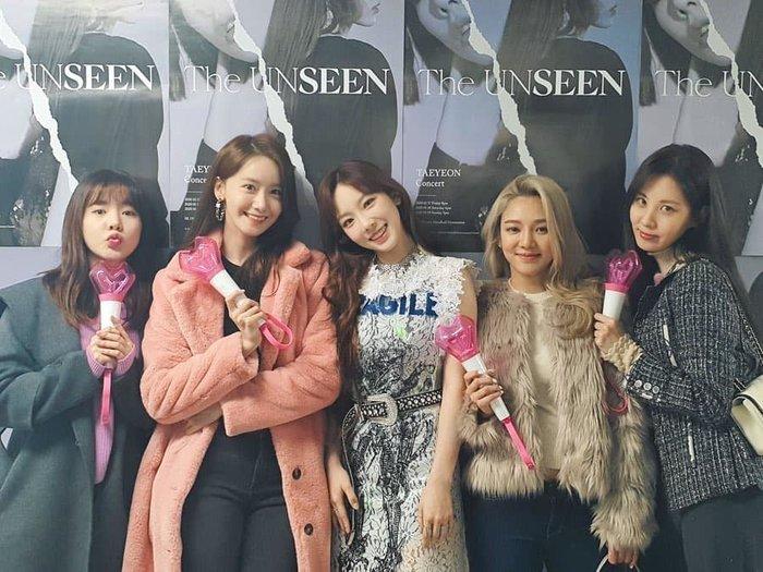 Những cô gái SNSD được dịp hội ngộ với nhau tại concert của Taeyeon.